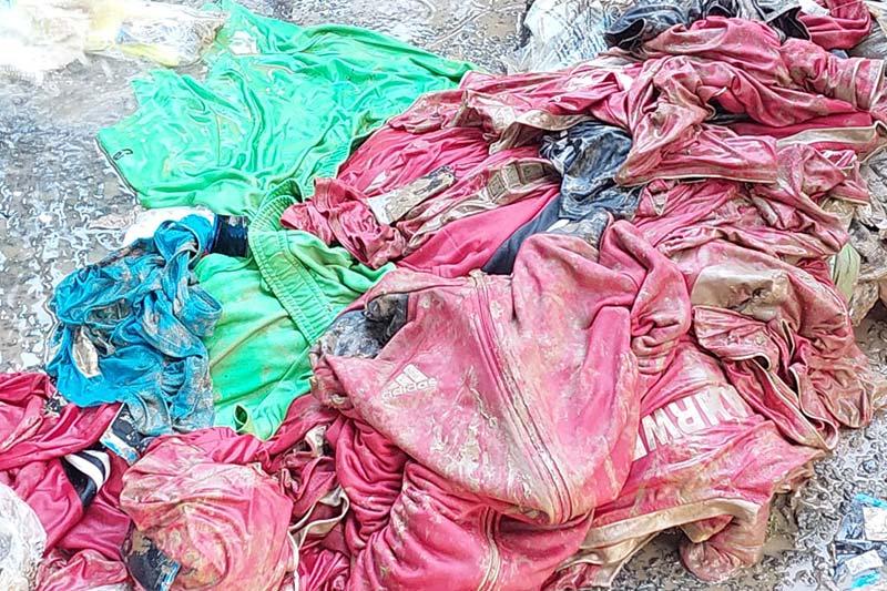 schmutzige Trikots und Spielkleidung nach Hochwasser