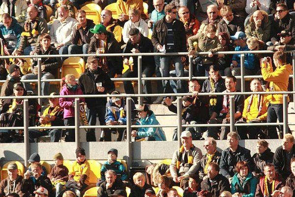 Fans im Rollstuhl im Dynamo-Stadion