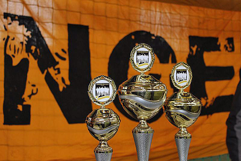 Die Pokale für die bestplatzierten Teams