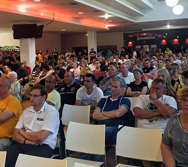 Fans im VIP-Raum des Dynamo-Stadions