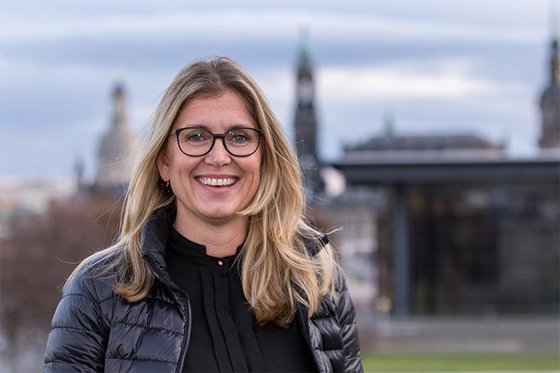 Sylvie Löffler vor der Silhouette von Dresden